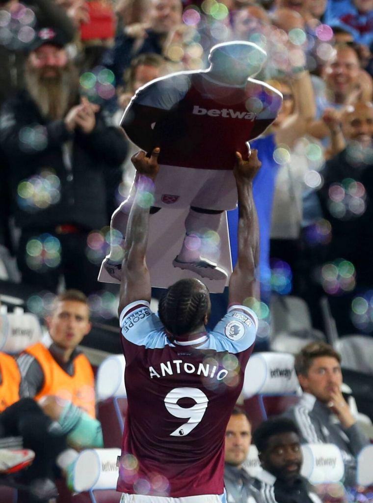Antonio, sărbătorind golul prin care a devenit cel mai bun marcator din istoria lui West Ham